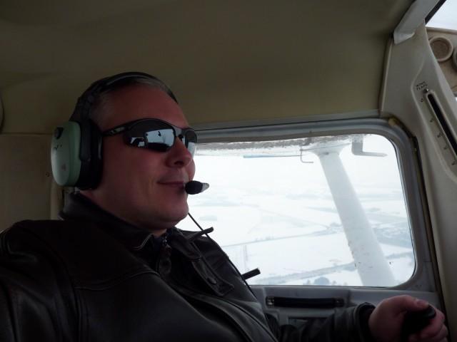 """Alors oui, c'est vrai que j'ai l'air """"bien à l'aise"""" sur la photo ... mais il n'en est rien! Ce micro sourire cache en réalité une foultitude de choses qui me passent par la tête: check downwind, cap, altitude, ailes horizontales, vitesse, fuel quantity...)"""