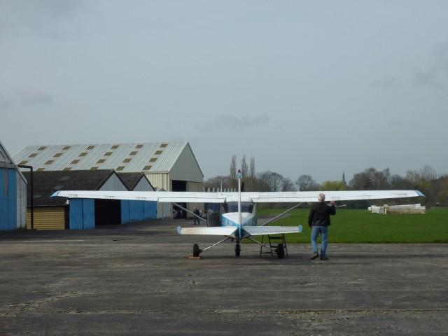 ... inspection des surfaces, flaps, ailerons, fixations ...